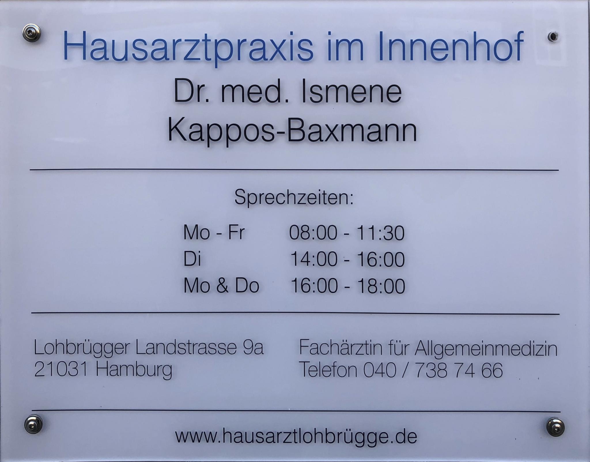 Praxisschild an der Lohbrügger Landstrasse mit Öffnungszeiten der Hausarztpraxis im Innenhof Dr. med. Ismene Kappos-Baxmann