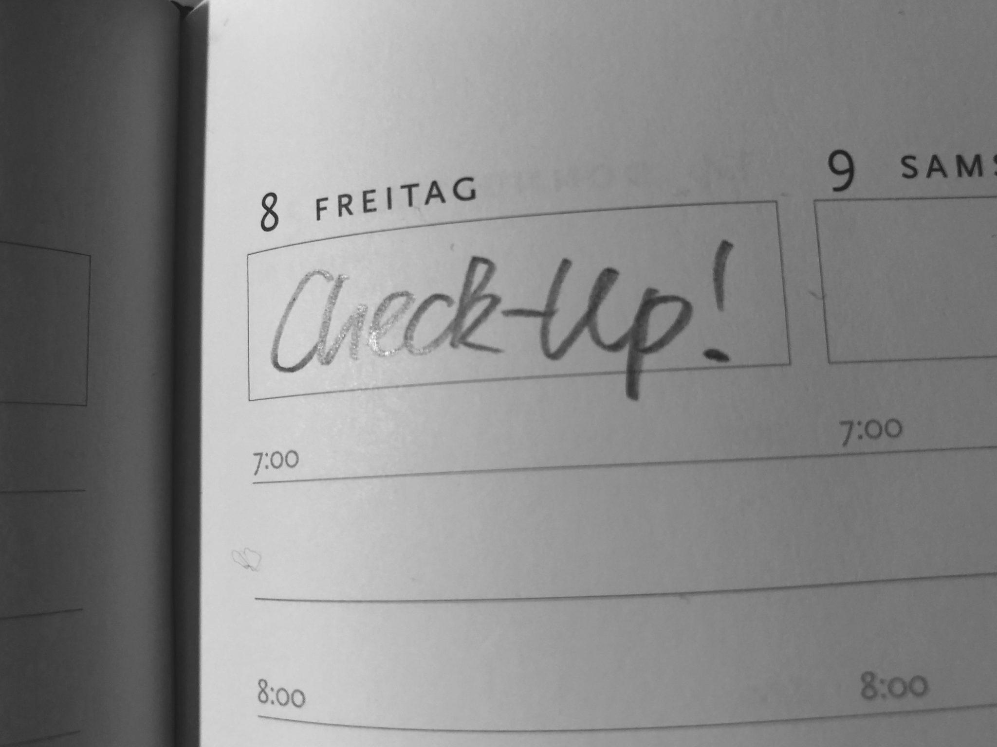 Erinnerung an den nächsten Check-Up in der Hausarztpraxis im Innenhof