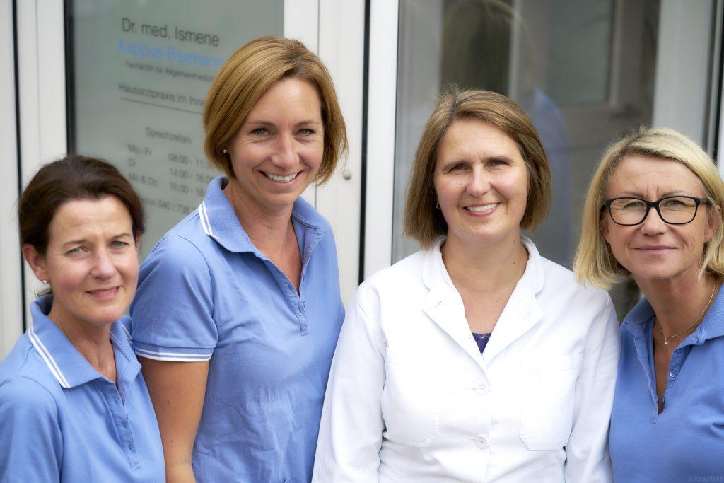 Team der Hausarztpraxis im Innenhof