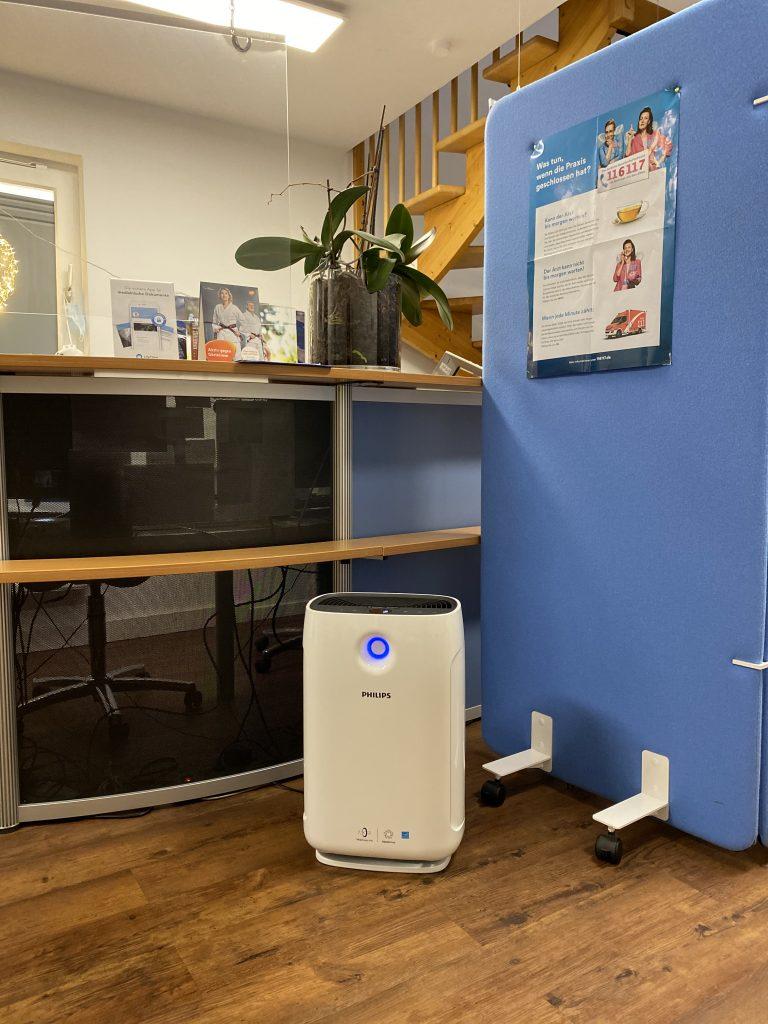 Luftreiniger in der Hausarztpraxis im Innenhof