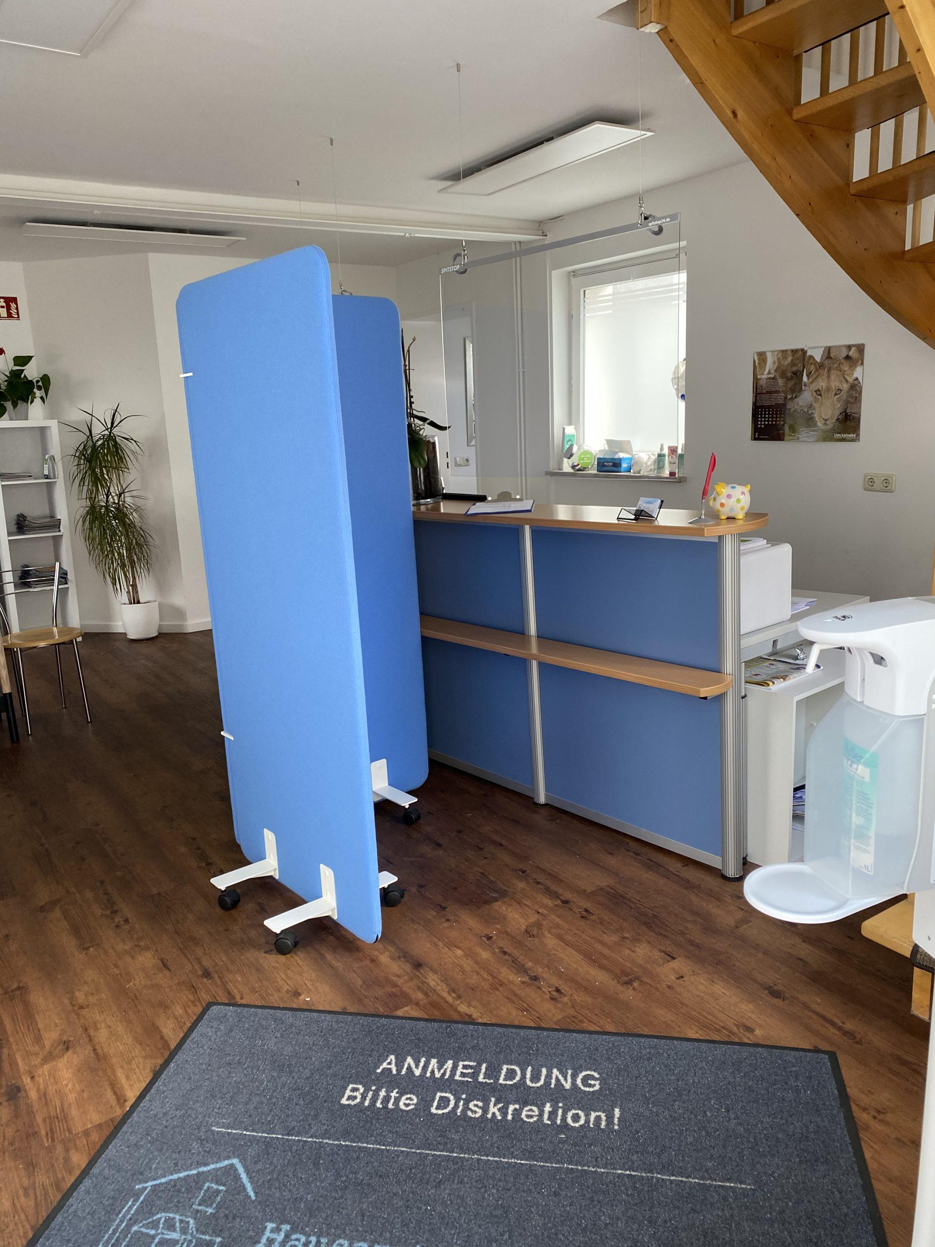 Eingang der Hausarztpraxis im Innenhof